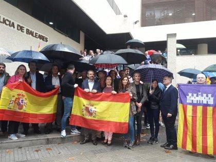 Alrededor de 200 personas se concentran en Palma en apoyo al trabajo de los policías nacionales en Cataluña