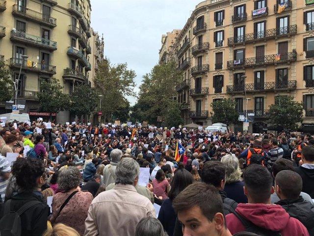 Concentració davant la Delegació del Govern espanyol per la visita de Pedro Sánchez a Barcelona