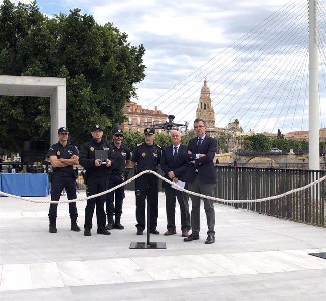 El alcalde de Murcia, José Ballesta, acompañado del concejal de Seguridad Ciudadana y Gestión Económica, Eduardo Martínez-Oliva, presentan los dos nuevos drones con los que se reforzará el equipamiento del Servicio de Policía Local de Murcia