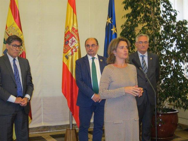 La ministra Teresa Ribera, acompañada por el presidente del Gobierno de Aragón, Javier Lambán, y los consejeros Joaquín Olona y Arturo Aliaga.