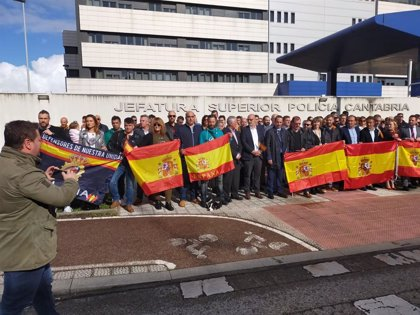 Decenas de personas se concentran en Santander en apoyo al trabajo de los policías nacionales en Cataluña