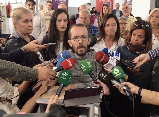 El secretari d'Acció de Govern i Institucional de Podem i candidat d'Unides Podem al Congrés per Saragossa, Pablo Echenique, amb els periodistes aquest dilluns a Sevilla