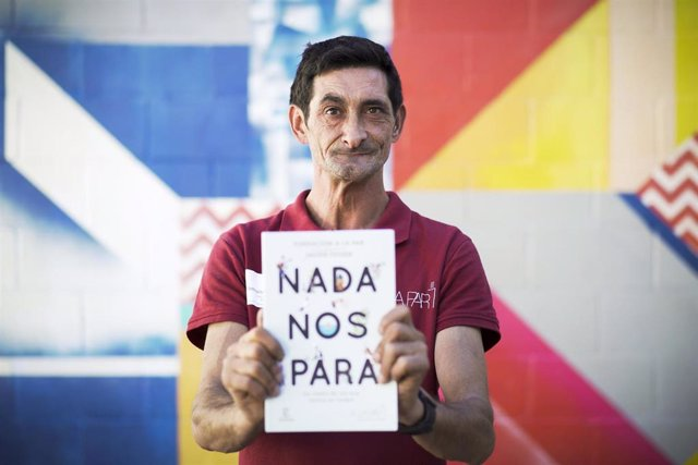 David, con el libro 'Nada Nos Para', escrito por personas con discapacidad intelectual.