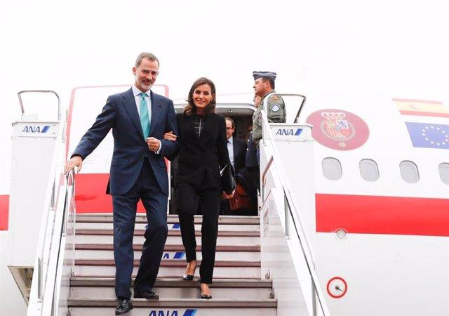 Los Reyes, Felipe VI y Letizia bajan por la escalera del avión en el Aeropuerto de Japón para asistir a la entronización de su majestad, el emperador Naruhito de Japón, en el Aeropuerto Internacional de Haneda, en Tokio (Japón), a 21 de octubre de 2019.