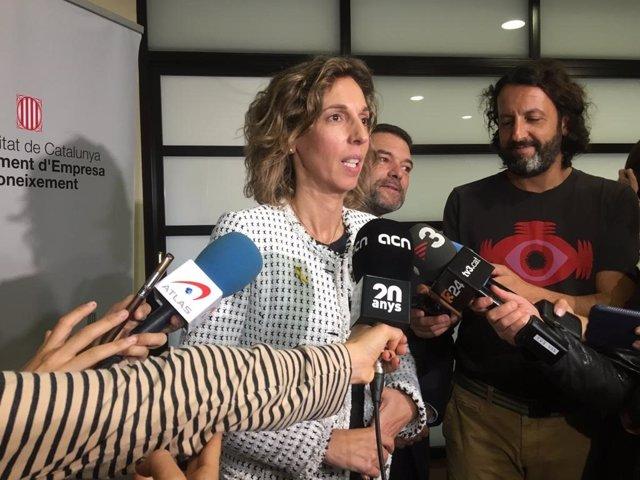 La consellera d'Empresa i Coneixement de la Generalitat, Àngels Chacón, en una atenció als mitjans aquest dilluns.