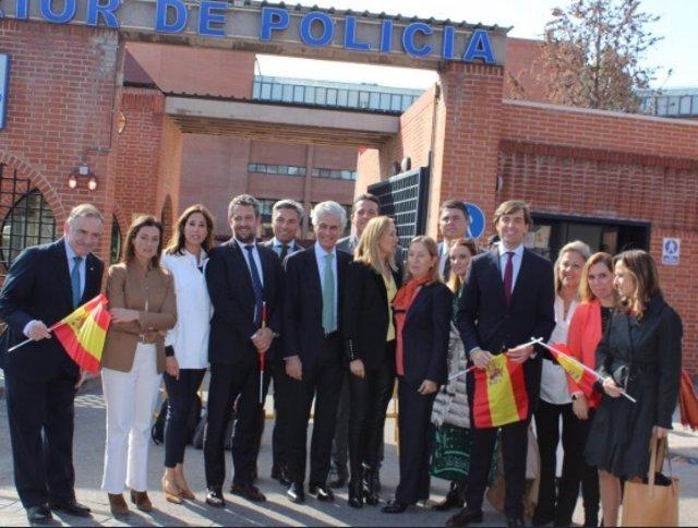 Cargos del PP visitan la jefatura de Policía en Madrid. Ana Pastor, Pablo Monteisnos, Valentina Martínez Ferro, Jaime Olano, Rosa Romero, y Ana Beltrán, entre otros.