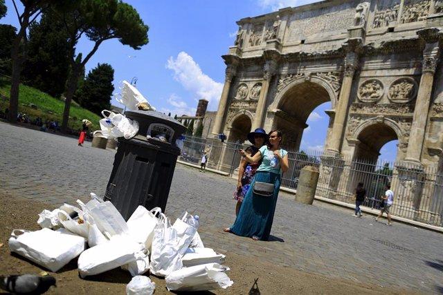 Basura cerca del Arco de Constantino de Roma