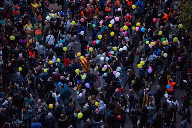 Manifestantes tiran globos al aire frente a la Conselleria de Interior en Barcelona en una concentración convocada por los CDR tras la sentencia del 1-O