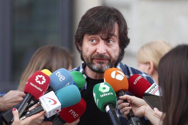 El diputado de Unidas Podemos, Rafa Mayoral, atiende a los medios de comunicación en una imagen de archivo