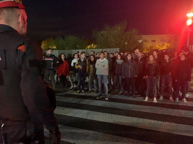 Manifestantes a las puertas de un acto de VOX en Lleida