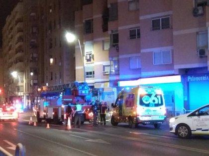 Un incendio originado en el comedor calcina una vivienda de Almería capital