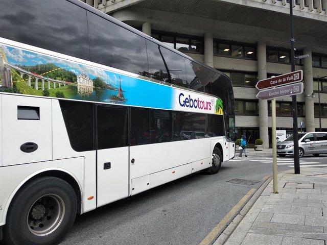Un autocar de turistes circulant pel centre d'Andorra la Vella