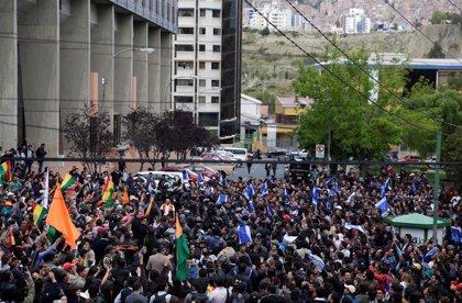 La Policía de Bolivia lanza gas lacrimógeno contra manifestantes reunidos frente a un hotel de La Paz