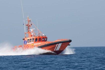 Rescatados tres migrantes de un kayak en aguas del Estrecho
