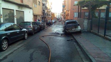 Arde un vehículo en plena calle de Mairena afectando a otros dos y generando una columna de humo