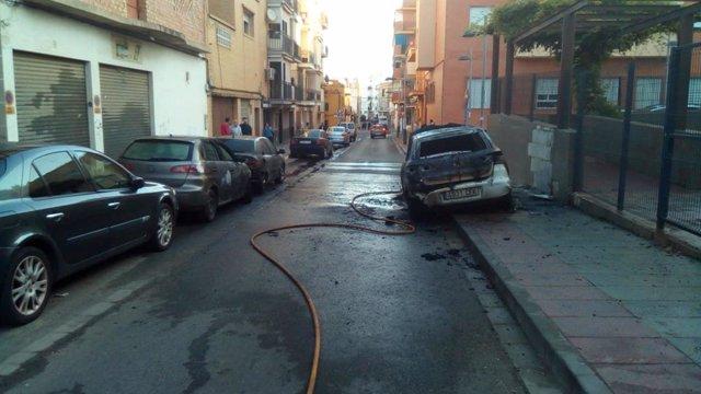 Vehículo incendiado en la calle Navarra de Mairena
