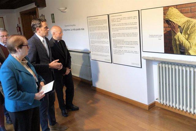 Monseñor Blázquez (dcha) observa las fotos y paneles de la exposición acompañado por el presidente de la Diputación, Conrado Íscar (centro) y la hermana oblata María José Collantes, del Centro Albor.