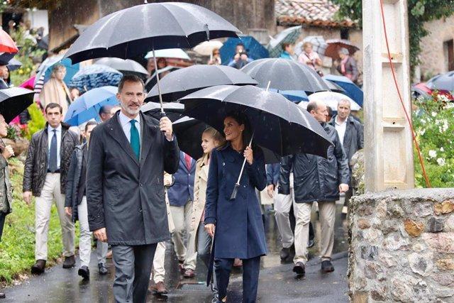 (I-D) El rey Felipe VI y la reina Letizia pasean durante su visita al Pueblo Ejemplar de la Fundación Princesa de Asturias, Asiegu, en Asiegu (Asturias) a 19 de octubre de 2019.