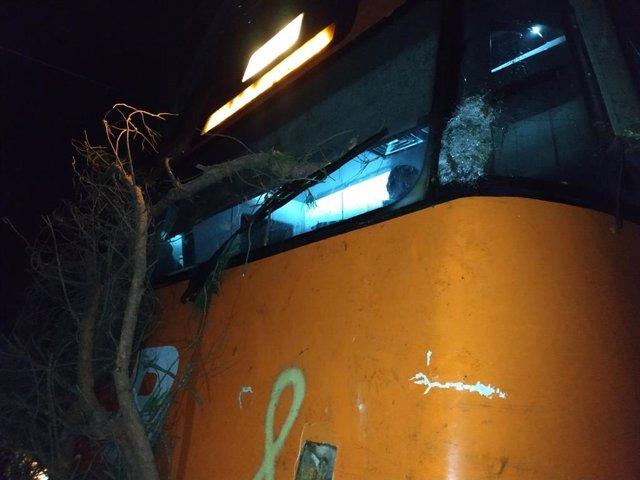 Accident d'un tren de Rodalies entre les Franqueses i la Garriga (Barcelona) per un arbre tallat intencionadament.
