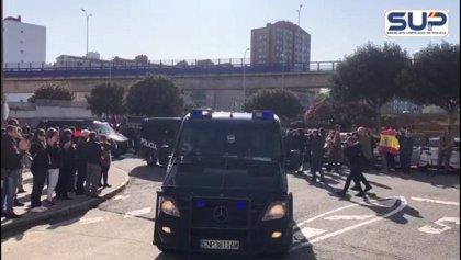 "Agentes gallegos desplazados a Cataluña son recibidos al grito de ""valientes"" en A Coruña"