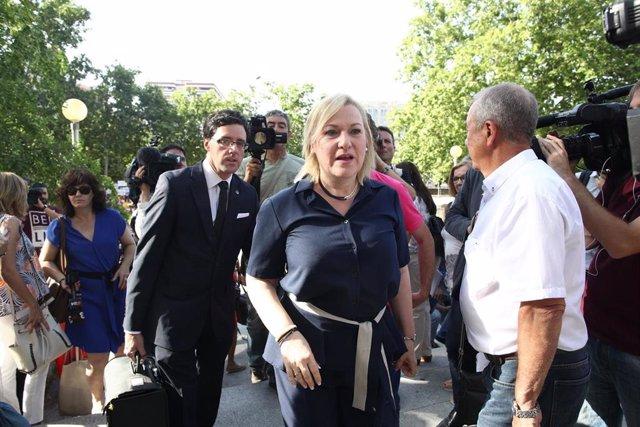 Inés Madrigal, niña robada y presidenta de la organización SOS Bebés Robados de Murcia, llega a la Audiencia Provincial de Madrid para el primer juicio por el caso de bebés robados de España