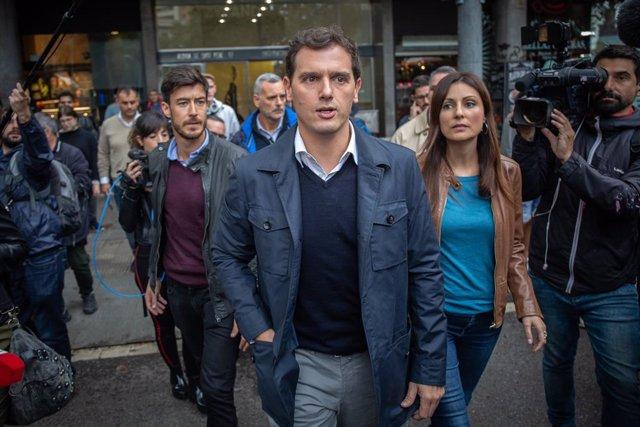 El president de Cs, Albert Rivera (centre) i la portaveu de Ciutadans al Parlament de Catalunya, Lorena Roldán (dreta), durant la seva visita a diferents establiments afectats pels aldarulls, Barcelona (Espanya), 22 d'octubre del 2019.