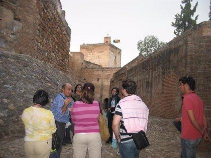 La Alhambra celebra el 30 aniversario de sus visitas guiadas con los mismos itinerarios de 1989