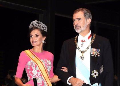 La Reina Letizia, impresionante de rosa y con la Tiara de Lis en Japón