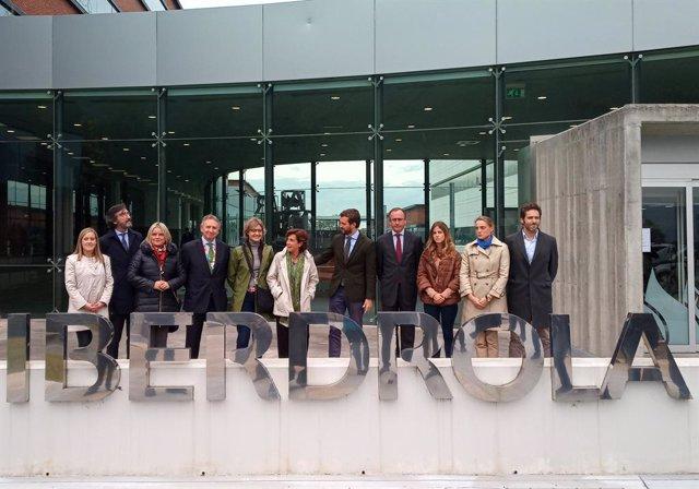El president del PP, Pablo Casado, el president del PP a Euskadi; el president  del  PP  d'Àlaba,  Iñaki  Oyarzabal; la candidata del PP al Congrés per Àlaba, Mari Mar Blanco; i la secretària general del PP basc, Amaya Fernández.