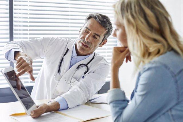 Consulta metge. Metge amb una pacient.