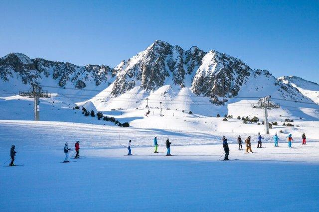 Esquiadores en la pista de esquí de Grandvalira