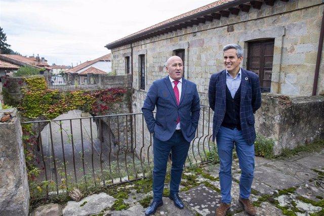 El vicepresidente del Gobierno de Cantabria, Pablo Zuloaga, con el alcalde de Cartes, Agustín Molleda