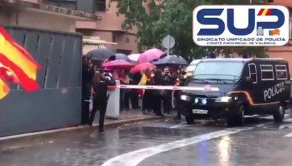 Aplausos, banderas españolas y gritos de ánimo en València para los policías que regresan de Cataluña