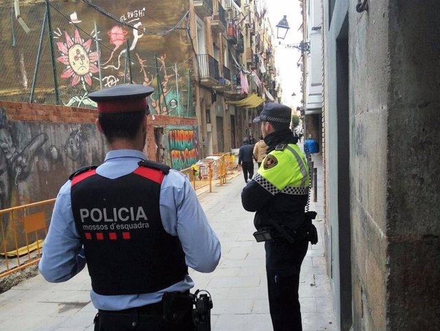 Operatiu dels Mossos d'Esquadra i de la Guàrdia Urbana contra narcopisos del Raval.