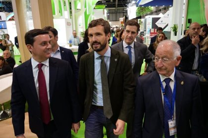 """Pablo Casado visita los 'stands' almerienses de Fruit Attraction y aboga por """"agua accesible y sostenible"""""""