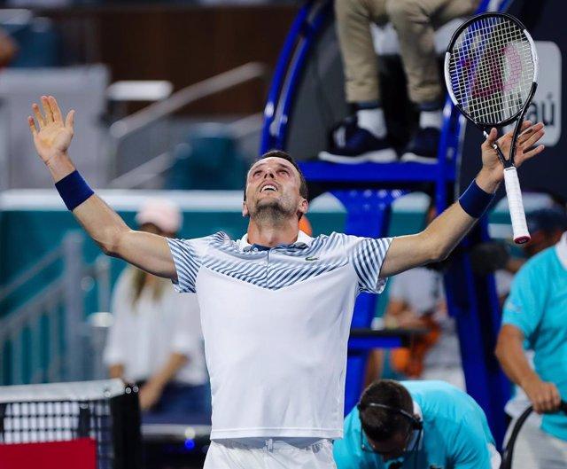 Tenis.- Roberto Bautista supera su estreno en Basilea y Tsitsipas elimina a Ramo