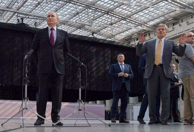 Vladimir Putin junto a Dimitri Peskov, portavoz del Kremlin