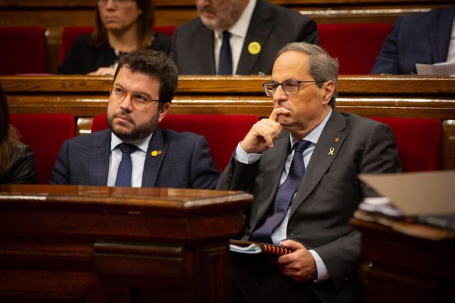 (I-D) El vicepresident de la Generalitat, Pere Aragonès  i el president de la Generalitat, Quim Torra, durant una sessió plenària al Parlament de Catalunya, a Barcelona (Espanya), a 23 d'octubre de 2019.