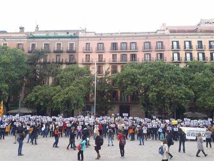 Unas 200 personas protestan por la reunión de España Global con cónsules, aplazada por la DANA