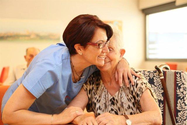 Anciana y cuidadora en el Centro de Día de Fundación Vianorte-Laguna