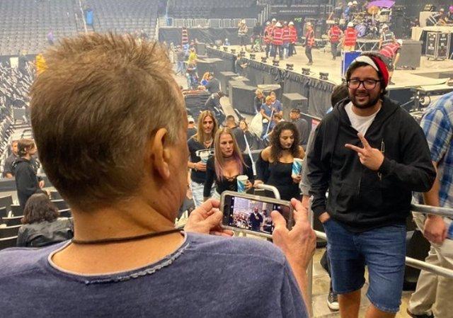 El fan posa sin reconocer a Eddie Van Halen