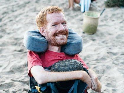 Kevan, el hombre que viajó por Europa con sus amigos como mochila humana