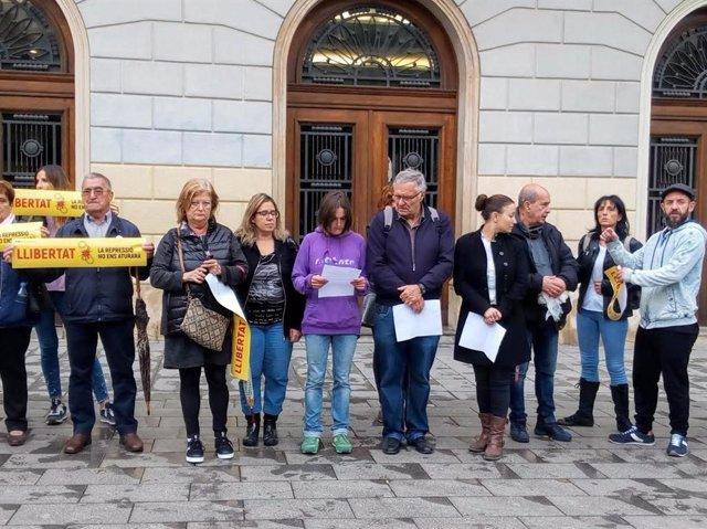 Familiars i amics dels detinguts el 23 de setembre, concentrats a les portes de l'Ajuntament de Sabadell
