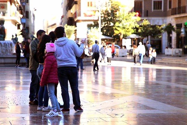 Turistas en la plaza de la Virgen de València