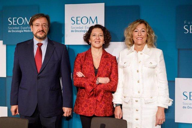 De izquierda a derecha, Álvaro Rodríguez-Lescure, vicepresidente de la Sociedad Española de Oncología Médica (SEOM),  Ruth Vera, presidenta de SEOM, y Encarnación González Flores, coordinadora científica de SEOM2019.