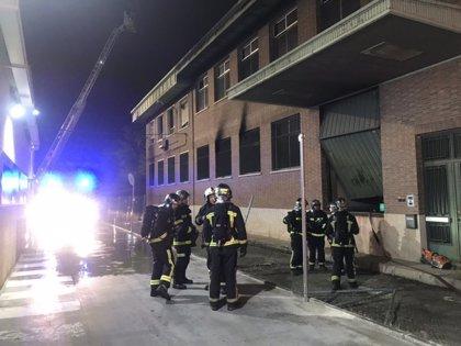 Arde una nave industrial abandonada de 1.200 metros de planta en San Sebastián de los Reyes
