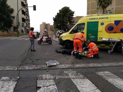 Un motorista resulta herido tras colisionar con un turismo en Sevilla capital
