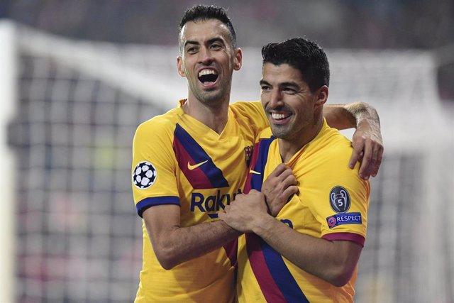 Sergio Busquets y Luis Suárez se abrazan tras el 1-2 en Praga