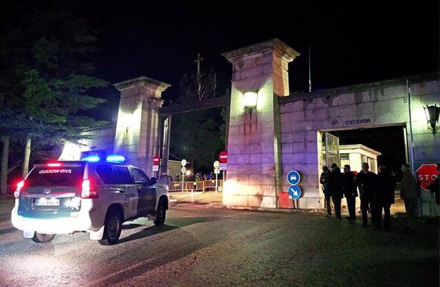 Acceso al Valle de los Caídos antes del amanecer, custodiado por la Guardía Civil en las horas previas a la exhumación de Franco.