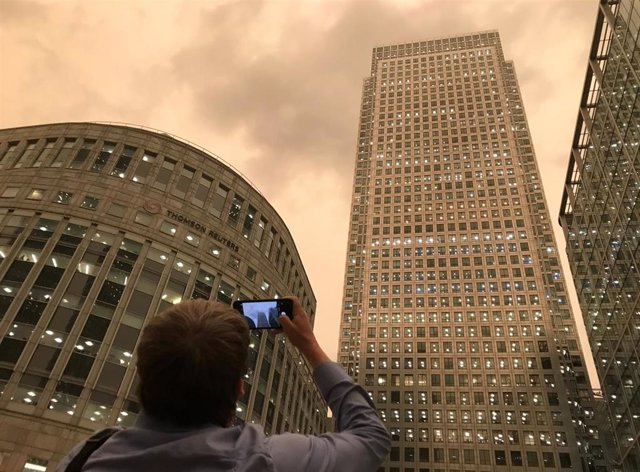 El cielo de Londres se tiñe de amarillo por el polvo del Sahara y los restos que ha arrastrado 'Ophelia' de los incendios forestales en Portugal y España.